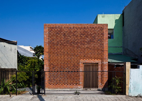 Toàn bộ các bức tường trong nhà được xây bằng gạch nung sắp xếp xen kẽ với rất nhiều lỗ hổng cho phép nắng gió có thể len lỏi tràn ngập khắp không gian.