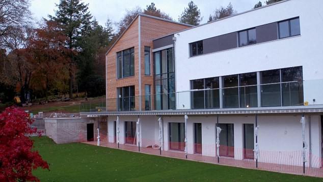 Ngôi nhà 2 tầng được xây dựng khá khang trang với 6 phòng ngủ và đầy đủ không gian chức năng sinh hoạt chung.
