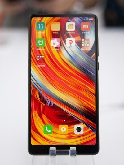 Chiếc điện thoại Mi Mix 2 của Xiaomi được trưng bày