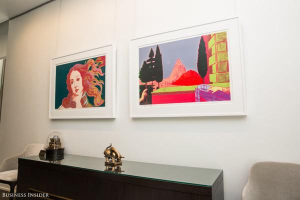 Những bức tranh của Andy Warhol cũng được treo trên tường căn phòng này.