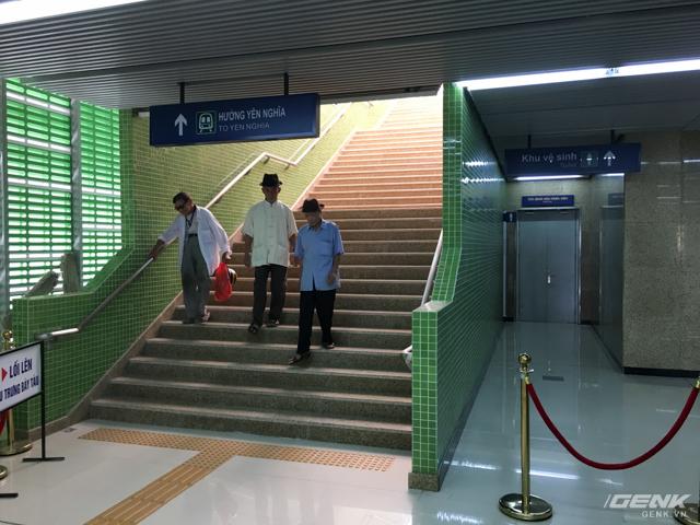 Cầu thang lên tầng 3 khá dốc và cao, tương đối khó khăn cho việc đi lại của người cao tuổi và trẻ nhỏ.