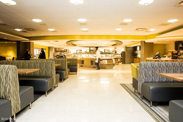 Đây là căng tin nơi phục vụ bữa trưa và bữa sáng, nếu bạn là nhân viên của sàn giao dịch, bạn sẽ được giảm giá.
