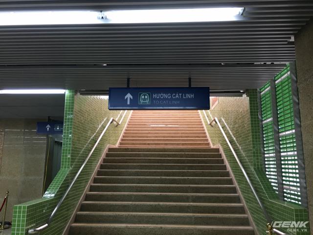 Bên dưới cầu thang lên tàu Yên Nghĩa - Cát Linh là nhà vệ sinh công cộng, tuy nhiên vẫn chưa được sử dụng. Hãy chắc chắn rằng bạn đã đi vệ sinh ở nhà trước khi tới tham quan.
