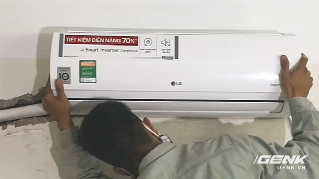 Lắp dàn lạnh lên giá treo.