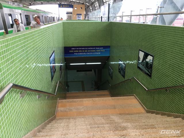 Đi hết cầu thang là khu vực chờ tàu của tuyến Cát Linh - Hà Đông.