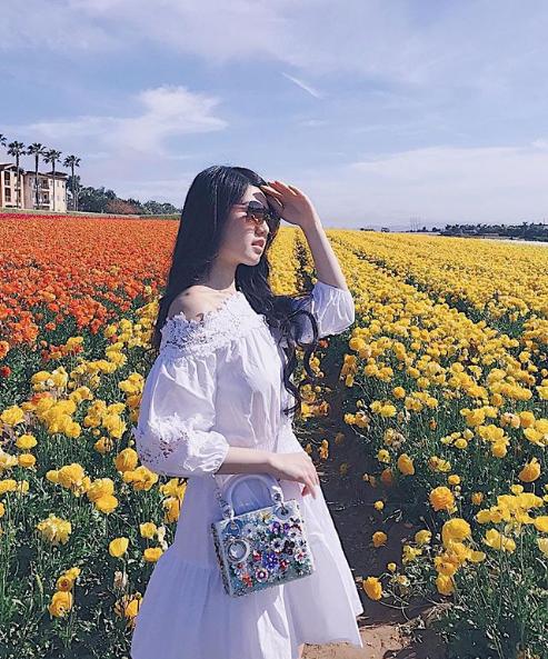 Rực rỡ bên đồng hoa vẫn không quên túi xách huyền thoại.