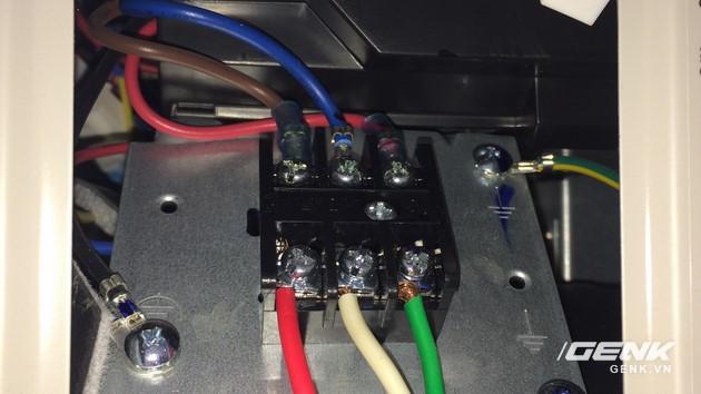 Sau đó tháo phần nắp đậy cổng nối điện dàn nóng ra và kết nối dây điện vào các vị trí 1, 2 ,3 như dàn lạnh.