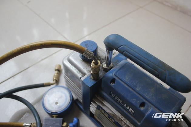 Chúng ta dùng một chiếc đồng hồ đo áp suất kết nối với máy hút chân không.