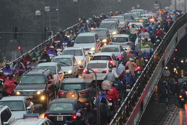 Hà Nội mưa tầm tã, đường tắc nghẹt khắp ngả - ảnh 5