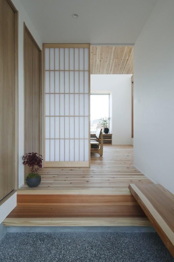 Lối vào nhà được thiết kế đơn giản, rộng thoáng.