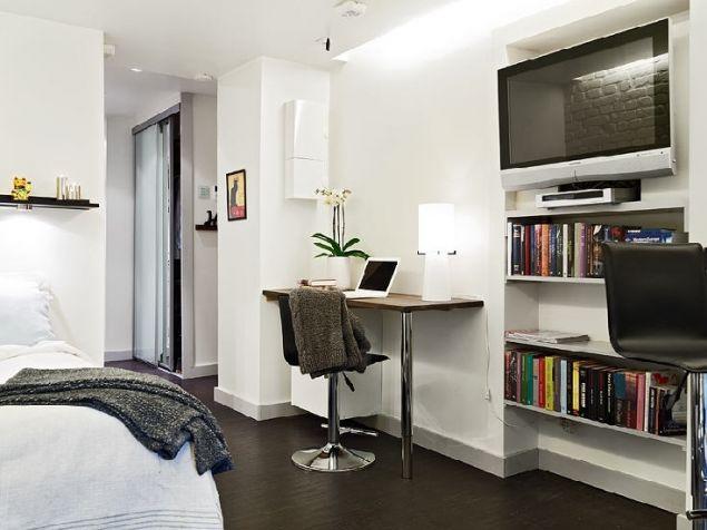 Chủ nhà khéo léo tận dụng góc tường ngay cạnh lối vào nhà để đặt một bàn làm việc nhỏ. Với thiết kế đơn giản, kiểu dáng mộc mạc của bàn và ghế giúp lối đi thêm thoáng rộng.