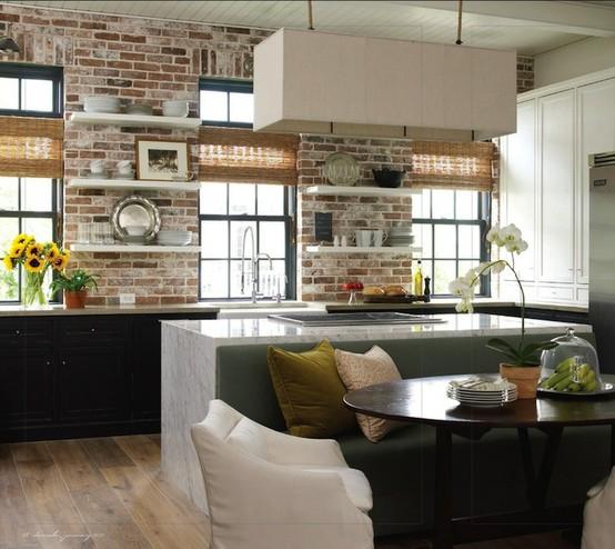 Những viên gạch thô được sắp xếp một cách trật tự trên bức tường nơi bếp ăn làm cho chúng ta bớt đi sự nhàm chán trong một căn phòng có quá nhiều sự lặp đi lặp lại.