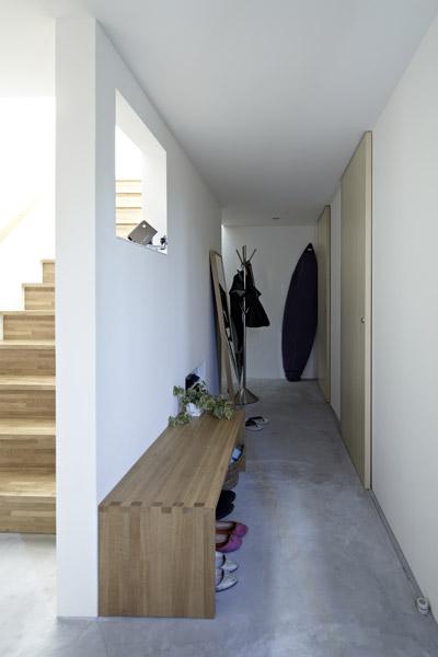 Ngay ở lối vào là một hành lang nhỏ dẫn tới nhà vệ sinh, nhà tắm, các phòng ngủ ở tầng 1 và cầu thang lên tầng 2.