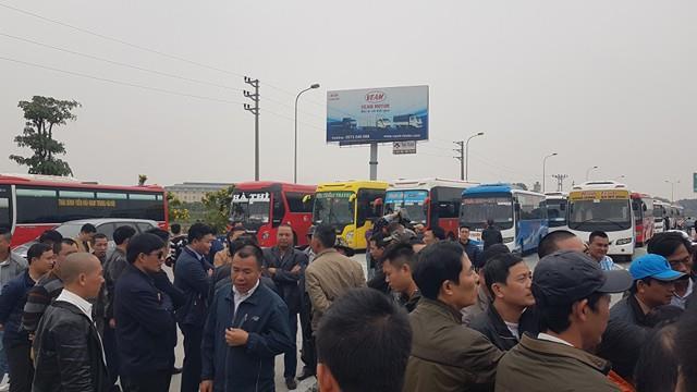 Hàng trăm tài xế xe khách tập trung ở cửa ngõ thủ đô để kiến nghị về việc điều chuyển tuyến của Sở GTVT Hà Nội