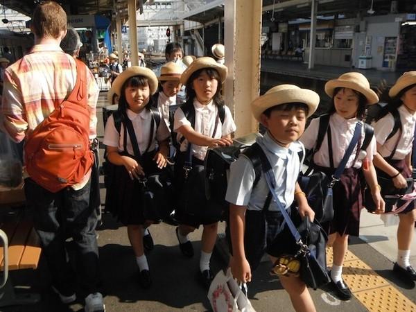Trẻ em Nhật tự đến trường.