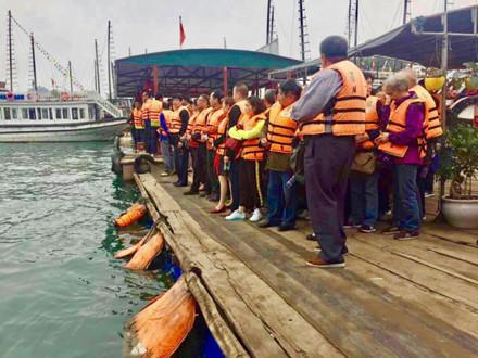 Du khách Trung Quốc xếp hàng đợi thăm vịnh Hạ Long ngày 17.3.