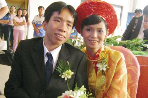 Nguyễn Đức kết hôn với người vợ chịu thương, chịu khó và có 2 con kháu khỉnh.
