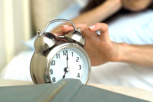 Nếu thường xuyên bị đồng hô báo thức làm giật mình tỉnh giấc sẽ dẫn đến căng thẳng mãn tính (Ảnh: Internet).