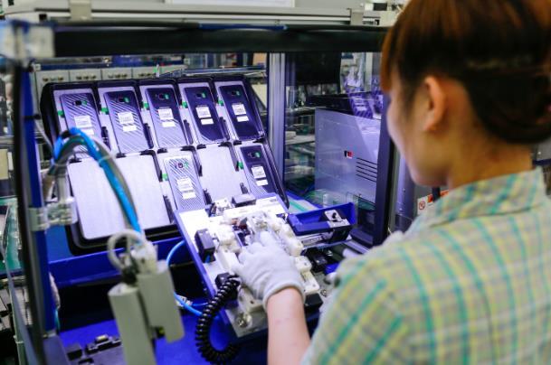 Có những công việc máy không thể thay thế con người, vì vậy các nữ công nhân vẫn đóng một vai trò rất quan trọng tại đây.