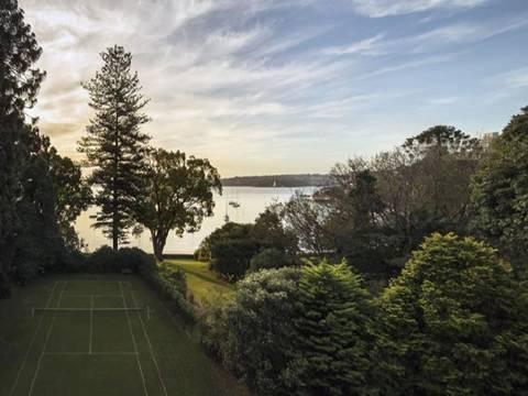 Sân tennis và khung cảnh xung quanh lãng mạn.