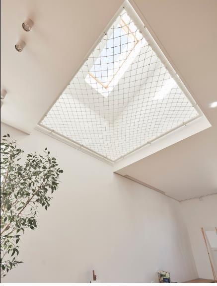 Khác với những ngôi nhà bình thường, sàn tầng 2 của ngôi nhà này được thiết kế đặc biệt với những chiếc võng lưới treo lơ lửng ngay trên đầu.