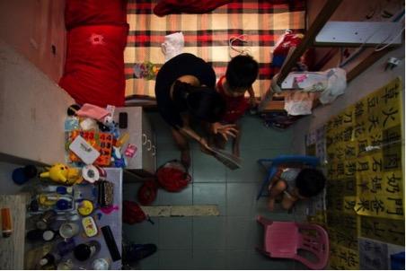 Một căn hộ siêu nhỏ mà một gia đình tại Hong Kong đang ở.