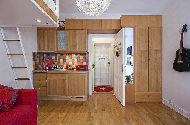 Lối vào được bố trí khá ấn tượng với sắc trắng và điểm nhấn của chiếc thảm trải sàn màu đỏ.