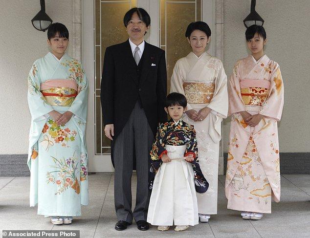 Công chúa Mako chụp ảnh cùng cha mẹ và 2 em.