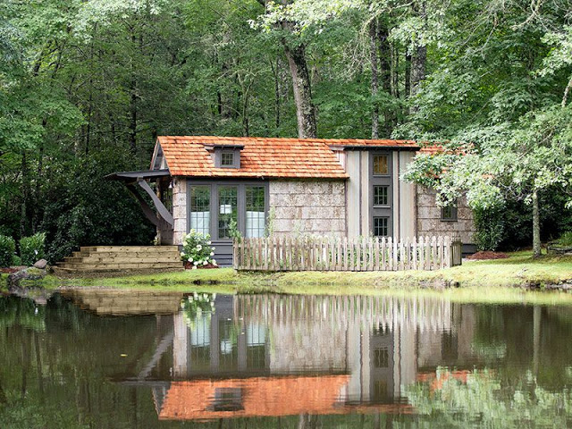 """Ngôi nhà nhỏ luôn hưởng bầu không khí mát mẻ quanh năm nhờ rất nhiều cây xanh và """"hồ điều hòa"""" trước nhà."""