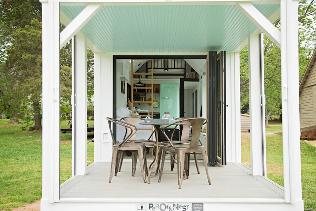 Bên hông ngôi nhà có một khoảng hiên rộng tuyệt đẹp. Nơi đây có thể dùng làm không gian nghỉ ngơi lý tưởng, thậm chí có thể tiếp khách và ăn uống.