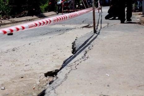 Nguyên nhân ban đầu của vết nứt được đánh giá là do đường hẻm 1740 được xây dựng trên nền đất yếu, lượng xe lưu thông cũng khá cao nên khi triều cường dâng lên rồi rút xuống rất dễ khiến nền đất bị xói lở.