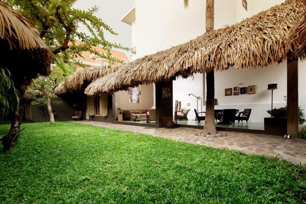 Ngôi nhà được thiết kế vô cùng độc đáo với khoảng sân vườn rợp bóng cây và thảm cỏ xanh mướt tuyệt đẹp.