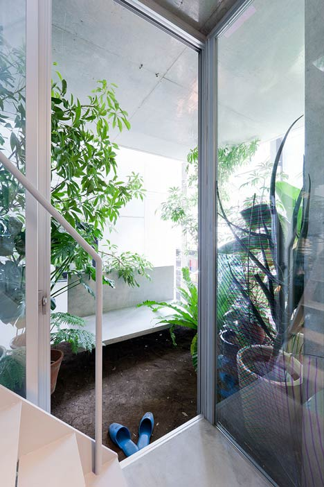 Những khu vườn nhỏ được trồng một cách khéo léo ở tất cả các tầng trong căn nhà mang đến một không gian trong lành và mát mẻ.