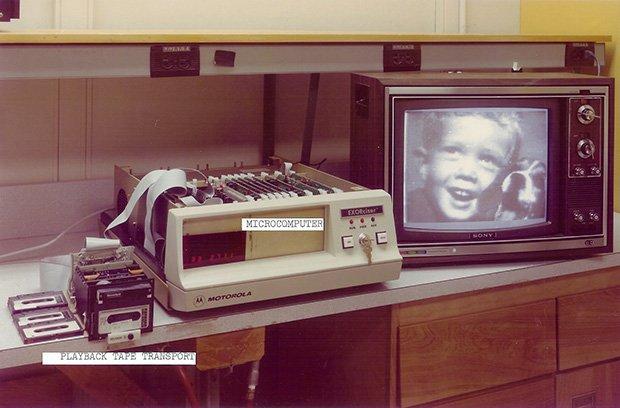 Quá trình chiếu ảnh từ băng cassette ra màn hình của Steven.