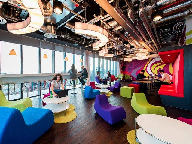 Văn phòng nhiều màu sắc với không gian được thiết kế nhiều hình khối tại Dublin, Ireland giúp các nhân viên làm việc hiệu quả hơn, sáng tạo hơn.
