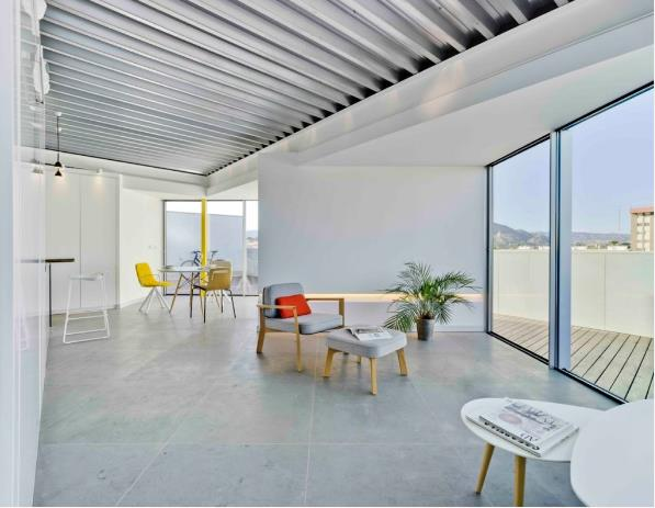 Với diện tích không lớn, chủ nhà chọn thiết kế mở với những bức tường kính trong suốt cao sát trần khiến tầm nhìn ra bên ngoài càng thêm rộng mở và thông thoáng.