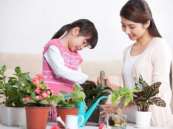 Làm việc nhà là một cách tuyệt vời để khuyến khích con biết suy nghĩ, quan tâm đến người khác (Ảnh minh họa).