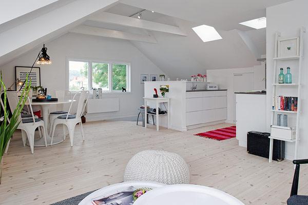 Đối diện với khu vực tiếp khách là bếp và bàn ăn. Nhờ thiết kế hoàn toàn mở giữa hai khu vực chức năng mà không gian ngôi nhà trở nên vô cùng rộng rãi và thoáng sáng.