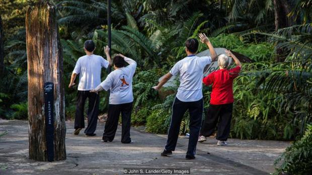 Người dân tập thể dục tại các công viên tại Singapore.
