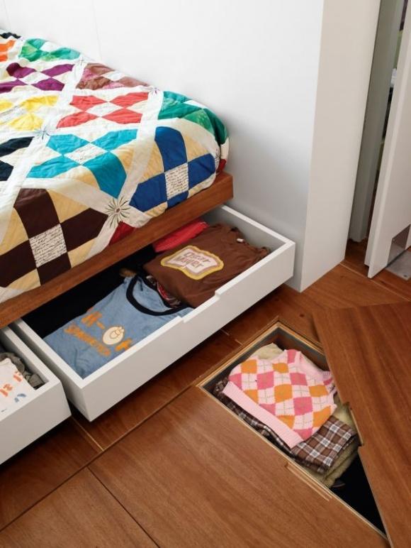 Lưu trữ đồ dùng trong ngăn kéo dưới gầm giường là sáng kiến thông minh giúp mọi thứ trong phòng ngủ trở nên gọn gàng. Bạn cung có thể tạo nên những ô lưu trữ dưới sàn nhà để cất gọn mọi thứ một cách khéo léo.