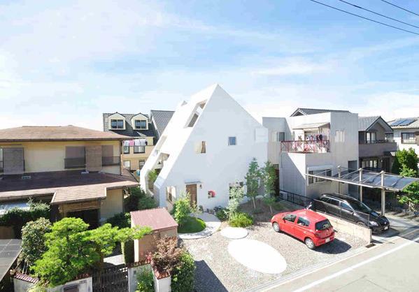 Căn nhà được xây theo dạng mái chóp lệch nối liền từ tầng 1 lên tới tầng 3.