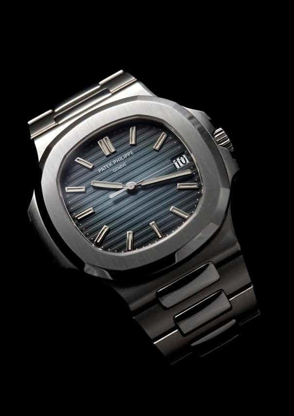 Những chiếc đồng hồ đeo tay cơ bản nhất trong BST Calatrava cũng được làm từ vàng hoặc vàng trắng với dây đeo bằng da cá sấu thật.
