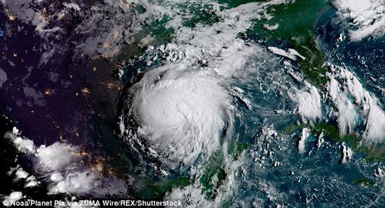 Bão Harvey hiện đã trở thành cơn bão cấp 4 với sức gió có lúc đạt 215 km/h. Ảnh: REX