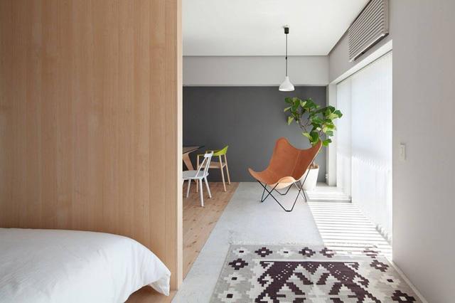 Nội thất trong nhà vô cùng giản đơn và không có quá nhiều đồ đạc cồng kềnh. Cây xanh và ánh sáng được tận dụng tối đa giúp ngôi nhà thêm rộng và thoáng hơn.