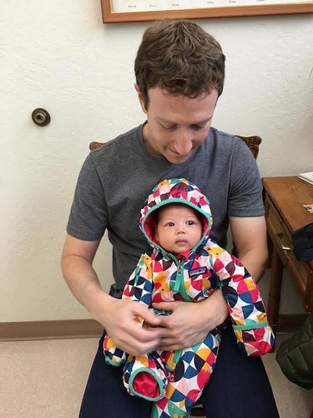 Cô bé Max được bố ôm trong lòng đợi đến lượt tiêm vắc xin (Ảnh: Facebook nhân vật)
