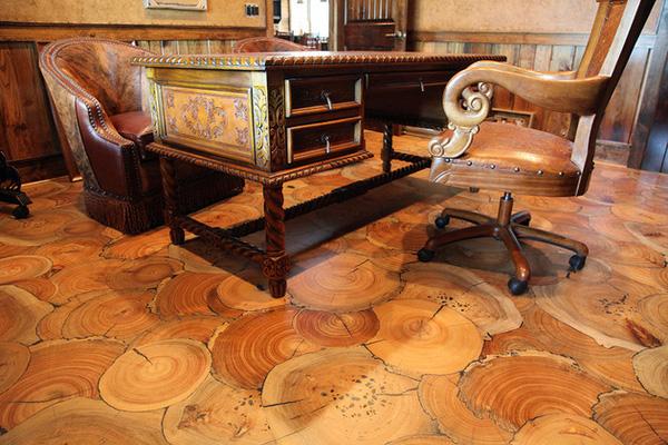 Hoặc cũng có thể sử dụng những thớ gỗ của thân cây to với những đường vân gỗ tự nhiên thể hiện tuổi của cây cũng sẽ tạo nên nét độc đáo khác lạ cho ngôi nhà.