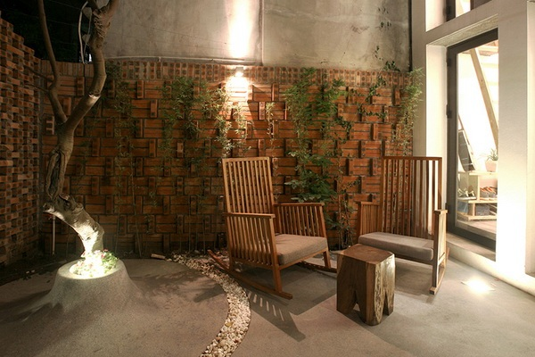 Chỉ với cây xanh và ánh đèn, thêm một bộ bàn ghế nhỏ chủ nhà đã có một không gian yên tĩnh tuyệt vời và có thể thỏa sức ngắm bầu trời đầy sao ngay trong sân nhà mình.