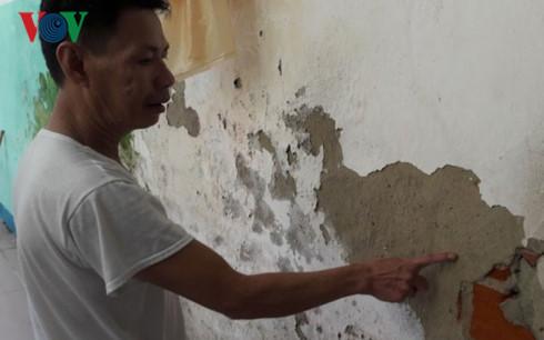 Tường nhà bị bong, rạn nứt lòi gạch ra ngoài.