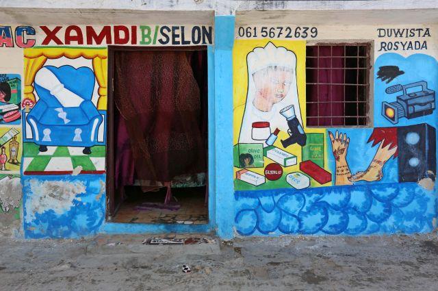 Một bức tranh tường bên ngoài một cửa hàng ở quận Hamarweyne, Mogadishu, Somali.