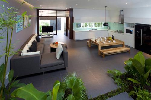 Bếp và phòng khách được thiết kế mở thông thoáng tràn ngập cây xanh và ánh sáng mặt trời nhờ giếng trời và khu vườn nhỏ trong nhà.